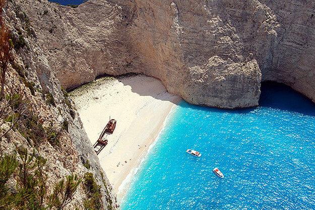 Populárna Navagio Beach na ostrove Zakynthos je dostupná iba loďou.