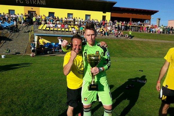 Tréner FC Strání Zdeněk Šebesta (vľavo) si nevie Slovákov vynachváliť.