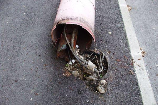 Radnica priznáva, že stĺpy verejného osvetlenia sú v katastrofálnom stave.