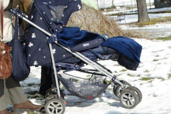 Mladý pár cestuje po Slovensku s mesačným dieťaťom.