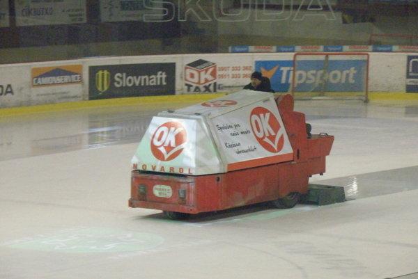 Už oniekoľko dní vymení starú rolbu na novozámockom zimnom štadióne nová moderná technika.