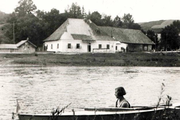 Tvrdošín Pod Velingom, 30. roky minulého storočia. V člne Etela Kocianová, rod. Krupová.