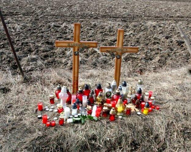 Krátko po nehode postavili na mieste, kde vyhasli dva mladé životy, tieto kríže.