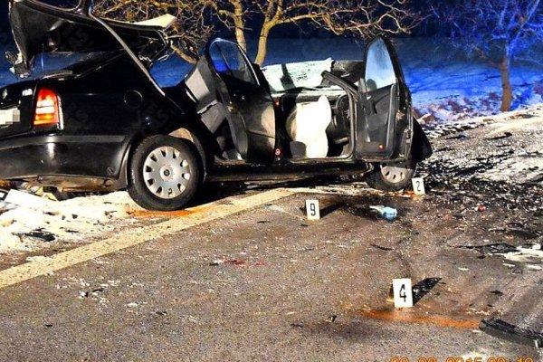 Zdemolovaná octavia. Jej vodič nehodu neprežil.