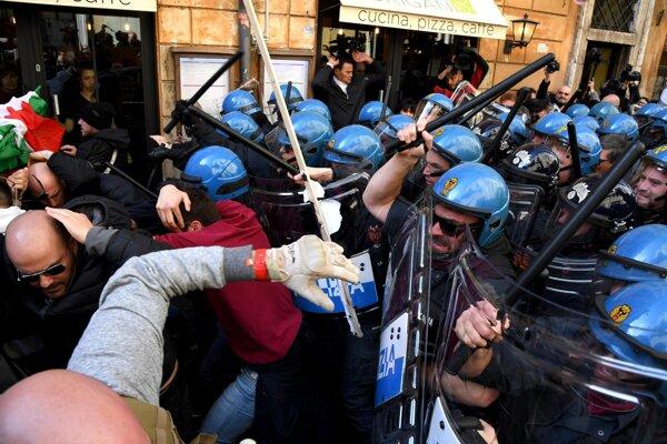 Medzi štrajkujúcimi taxikármi a poriadkovou políciou došlo k stretom.