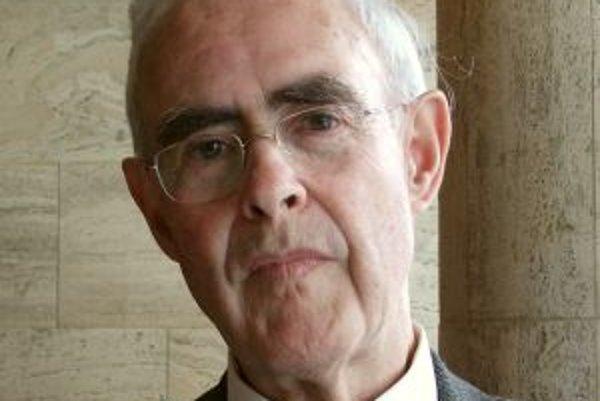 Narodil sa v roku 1928 v New Barnet v Anglicku. V rokoch 1947 až 1949 vykonával službu v Britskej armáde. Študoval na Pembroke College, v roku 1952 získal titul bakalár filozofie, v roku 1955 na Oxforde titul magister filozofie (v odbore nemecký, francúzs