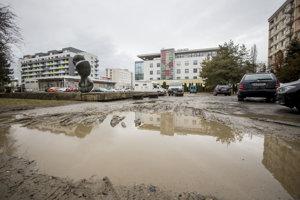 Počas zlého počasia sa provizórne parkovisko mení na kaluž.