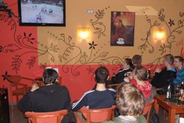 Hokejoví nadšenci spoločne sledovali zápas aj zavčasu ráno.