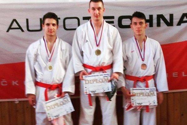Kristián Michalec (v strede) na stupni víťazov.