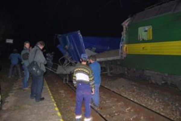 Meškanie desiatich rýchlikov a desiatich nákladných vlakov spôsobila v pondelok večer zrážka nákladného vlaku a nákladného auta na železničnom priecestí v Predmieri v okrese Bytča.