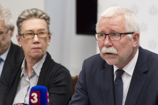 Predseda Slovenskej akadémie vied Pavol Šajgalík, a predsedníčka hodnotiaceho panelu Marja Makarowová počas tlačovej konferencie SAV k výsledkom nezávislého hodnotenia medzinárodného nezávislého panelu expertov.