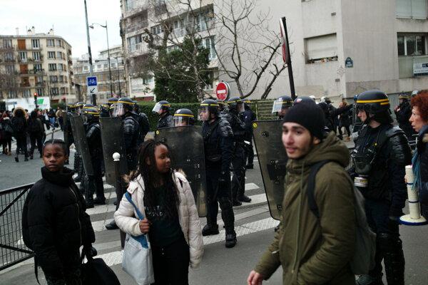 Študenti protestovali proti policajnému násiliu.