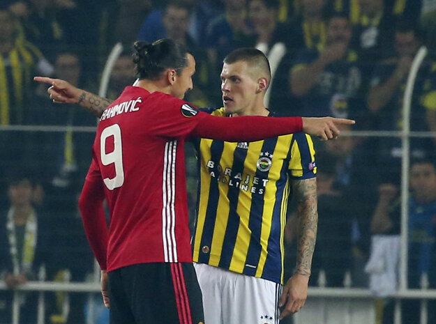 Martin Škrtel (vpravo) si počas pôsobenia vo Fenerbahce Istanbul stihol zahrať aj proti slávnemu Manchestru United. Na snímke s hviezdnym Zlatanom Ibrahimovičom.