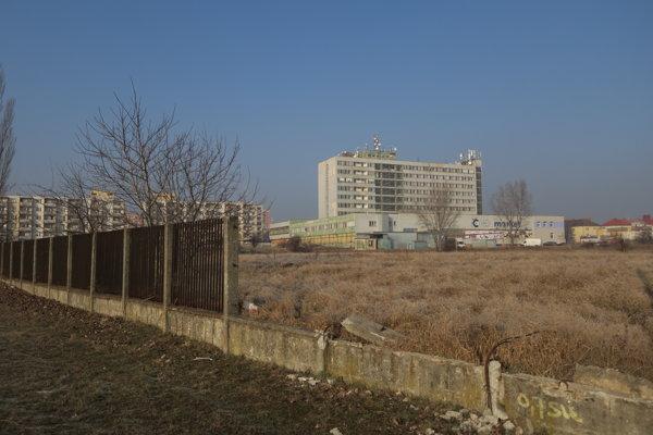 Na zarastenom pozemku by už onedlho mali vyrásť byty.