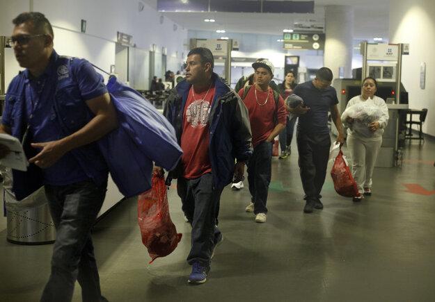 Mexičania, ktorých deportovali zo Spojených štátov, prišli na letisko v Mexiko City.