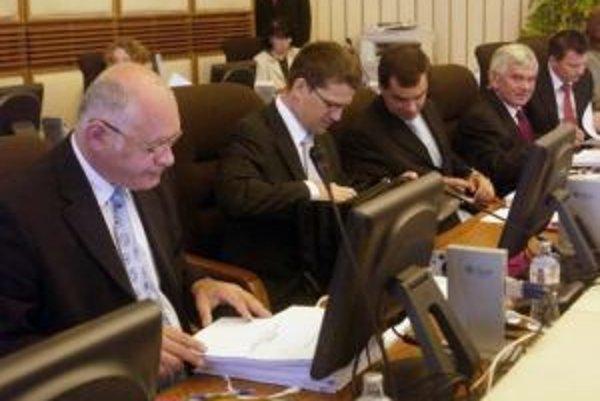 Ministri Ficovej vlády na zasadnutí 1. augusta 2007.