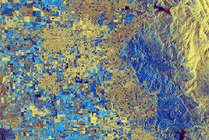 Kalifornia v poslednej dobe zaznamenala nezvyčajne vysoké zrážky. Naplnili sa tak mnohé štátne rezervoáre. V pravo hore je vidno jazero Kawhea, naľavo od neho je jazero Bravo a jazero Success pravo dole.Červená farba v jazerách ukazuje zvýšenie hladiny.