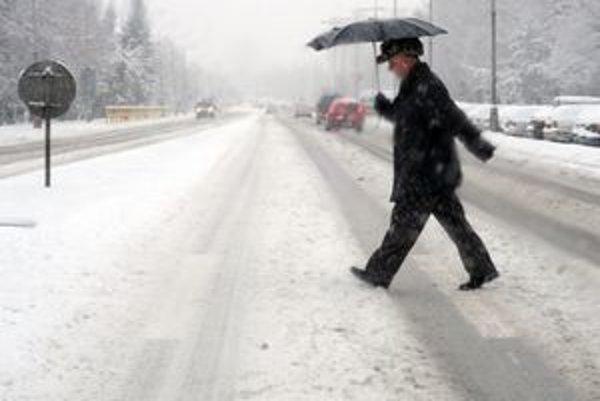 Sneh na hornej Nitre od rána znepríjemňuje motoristom život.