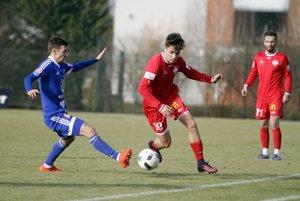 Nitrania nastúpili v červených dresoch. S loptou Andrej Fábry, vzadu Ján Chovanec.