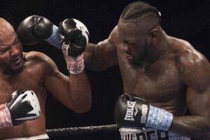 Deontay Wilder (vpravo) obhájil opasok organizácie WBC v superťažkej hmotnostnej kategórii.