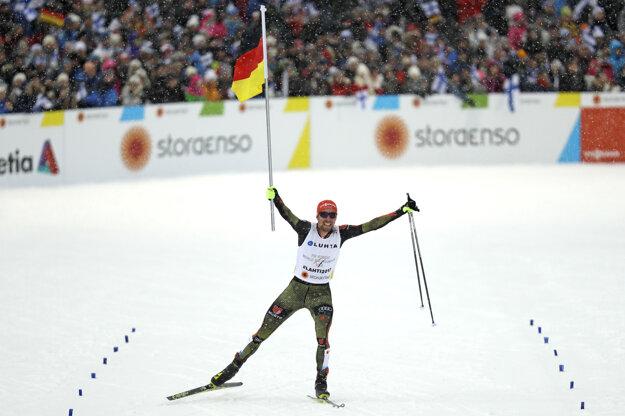 Finišman nemeckej štafety Johannes Rydzek prichádza do cieľa.