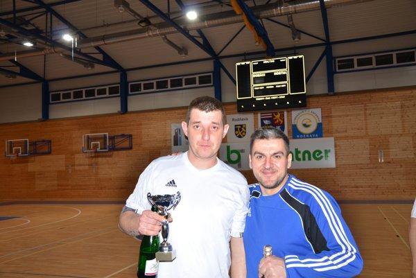 Roland Klinko sbrankárom Ondrejom Skokanom oslavovali druhé miesto Baníka Smolník na víkendovom Turnaji priateľstva vRožňave.