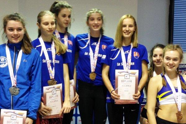 Rekordná štafeta ŠK ŠOG Nitra na 4x200 m - zľava Švecová, Lehocká, Zapletalová a Kovačovicová.