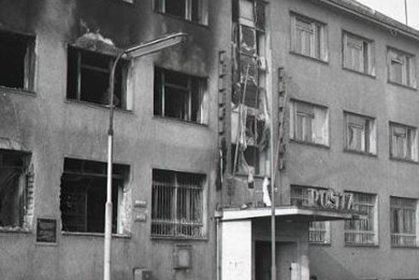 Výbuch pošty v Lučenci. Úplne boli zničené časti budovy pošty i vnútorné zariadenie.
