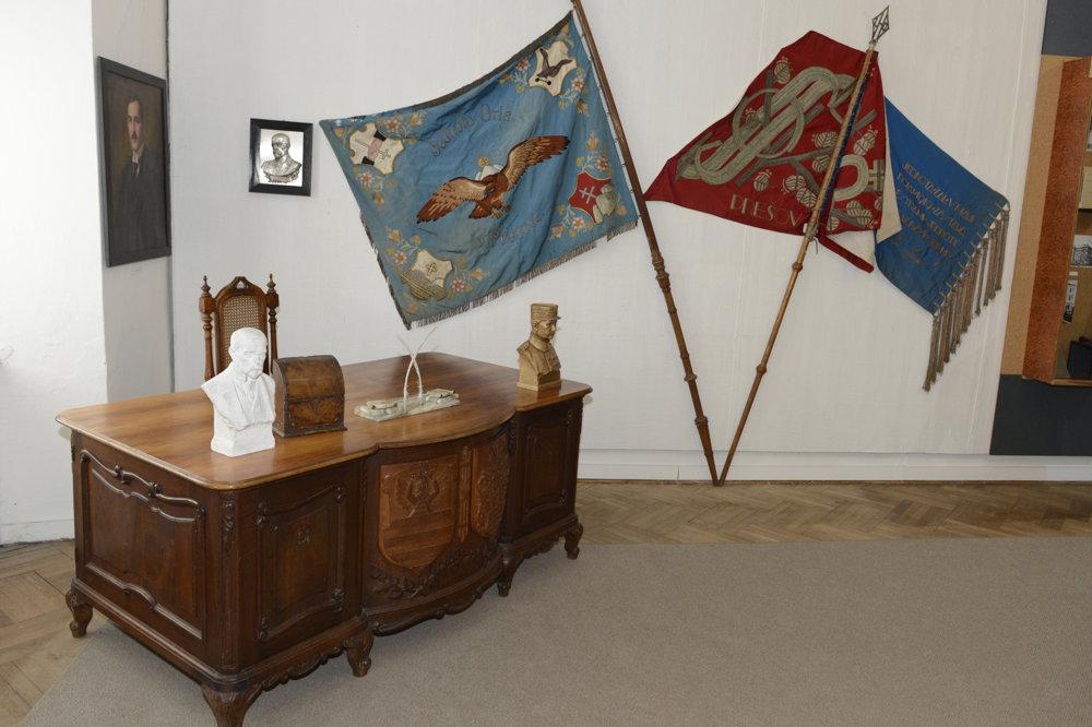 Pracovný stôl šarišského župana Dr. Pavla Fábryho, do funkcie nastúpil v januári 1919. Na stene sú zástavy prešovských spolkov, vľavo Jednota orla a vpravo spolku Sokol.