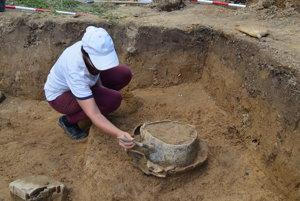 Vlaňajší rok bol pre archeológov i pracovníkov Kysuckého múzea mimoriadne úspešný. Podarilo sa im objaviť lužickú mohylu so zvyškami urny, ktorá obsahovala spálené kosti a bronzové šperky.