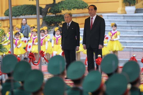 Jaonský cisár Akihito (vľavo) a vietnamský prezident Tran Dai Quang.