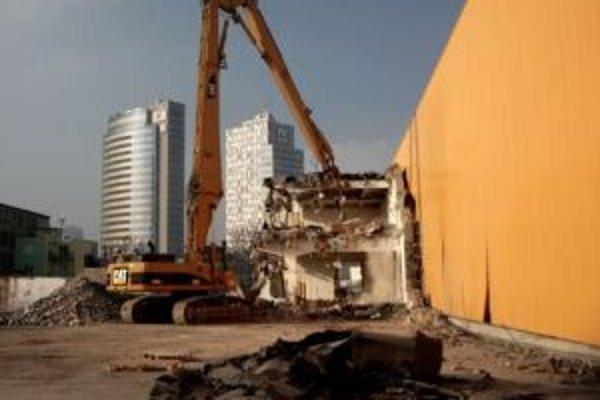 Búracie práce v areáli bývalej fabriky Kablo.