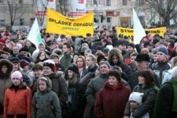 Proti skládke v Pezinku protestovali stovky ľudí.