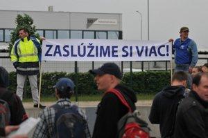 Štrajková pohotovosť v trnavskej automobilke PSA v roku 2015.