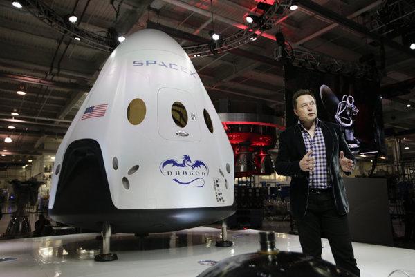 Dvaja pasažieri sa dostanú k Mesiacu na lodi Dragon V2. Elon Musk ju predstavil svetu v máji 2014.