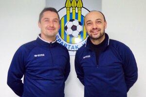 Rovnocenní tréneri vo Vrábľoch - Roman Zima (vľavo) a Miroslav Reischl.