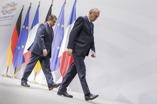 Nemecký minister zahraničných vecí Sigmar Gabriel a jeho francúzsky partner Jean-Marc Ayrault.