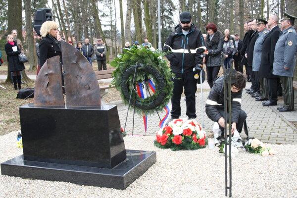 Marek Prostinák, ktorý prežil výbuch, pri pamätníku v Novákoch.
