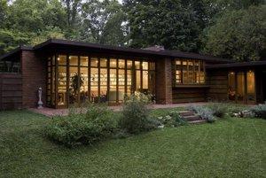 Stopy Wrightových revolučných ideí, ktoré pred osemdesiatimi rokmi priniesli moderný, účelný, cenovo dostupný a pritom elegantný dom ako je Usonian projektovaný pre Herberta Jacobsa (na obrázku), nájdeme dnes v mnohých prímestských bungalovoch.