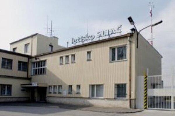 Letoví dispečeri letiska Sliač dnes aj napriek ohlásenému štrajku zabezpečia servis pre všetky pravidelné a vopred nahlásené lety. Tých je však na jednom z najmenších slovenských letísk len niekoľko. Pravidelné linky na najbližších 24 hodín sú len dve. Ve