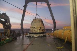 SpaceX chce koncom roka 2018 poslať na cestu okolo Mesiaca dvoch platiacich pasažierov. Na zábere z 10.2. je kapsula Dragon, ktorá sa vrátila z misie na Medzinárodnú vesmírnu stanicu.