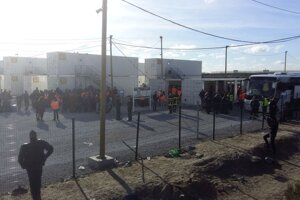 Polícia pri vstupe do tábora v Calais.