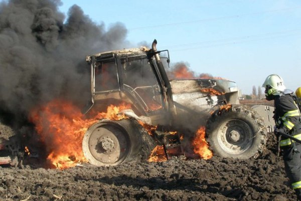 Traktor v plameňoch. (ilustračná snímka)