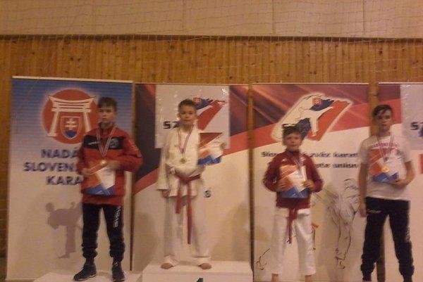 Na najvyššom stupienku zlatý medailista Simon Kováč