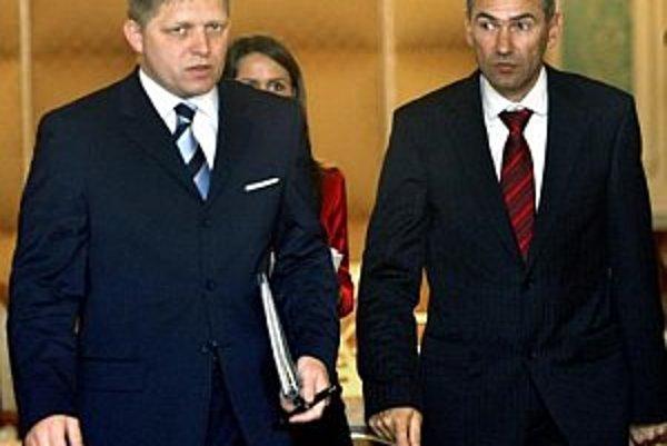 Zľava: predseda vlády SR Robert Fico a predseda vlády Slovinskej republiky Janez Janša prichádzajú na tlačovú besedu po spoločnom rokovaní.