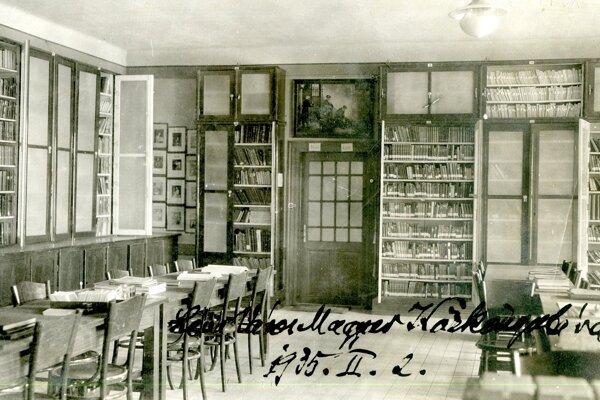Interiér maďarskej knižnice z roku 1935.