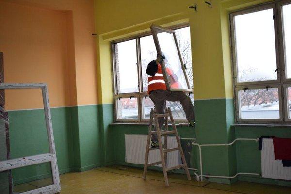 Výmena okien na budove ZŠ vo Veľkých Bieliciach.