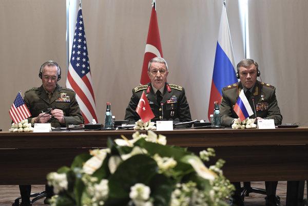 Generáli Joseph Dunford (USA), Hulusi Akar (Turecko) a Valery Gerasimov (Rusko),