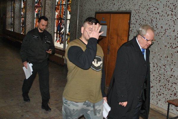 Gabriel M. s eskortou a advokátom. Vedú ho pred sudcu.