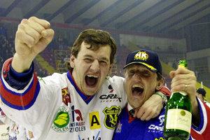 Na snímke z apríla 2001 oslavuje Richard Šechný (vľavo) majstrovský titul v drese Zvolena.